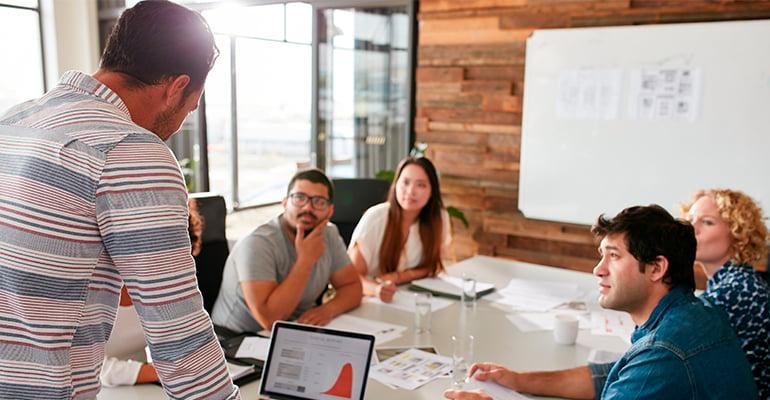 Équipe avec des compétences clés en marketing qui travaille sur un projet pour un client